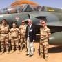 Avec des pilotes et mecaniciens devant un Mirage 2000 a Niamey